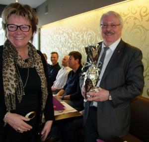 Bürgermeister Christian Staudter überreicht ein Geschenk an die schwedische Schulentwicklungsmanagerin Eva Jönsson