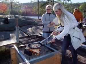 Petra bei der Zubereitung von Kolbulle